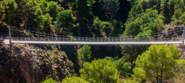 Den nye hengebroen over Río Almanchares