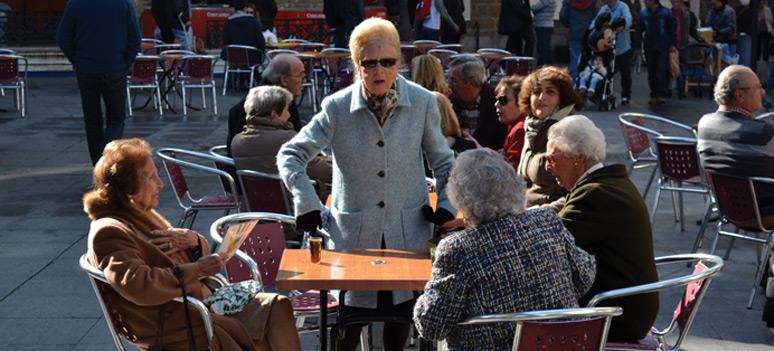 Både-unge-og-ældre-er-på-gaden
