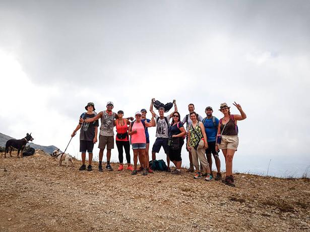 Liv sammen med sine hiking venner pa toppen af Pico de Mijas bjerget