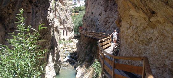 Rio Castril med gangbroen.