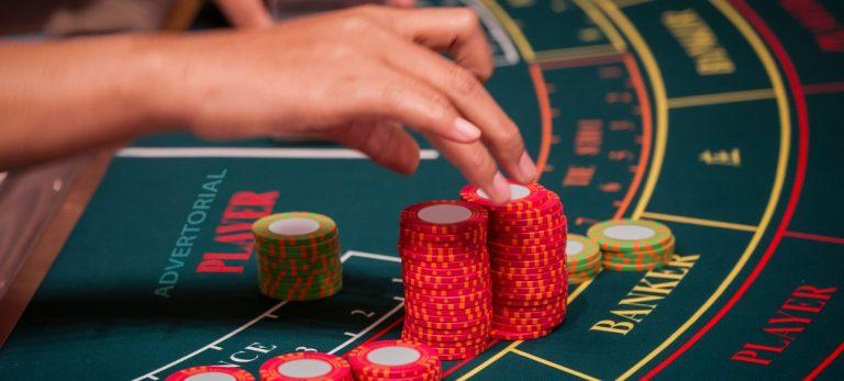 Slik spiller du baccarat – James Bonds foretrukne kasinospill