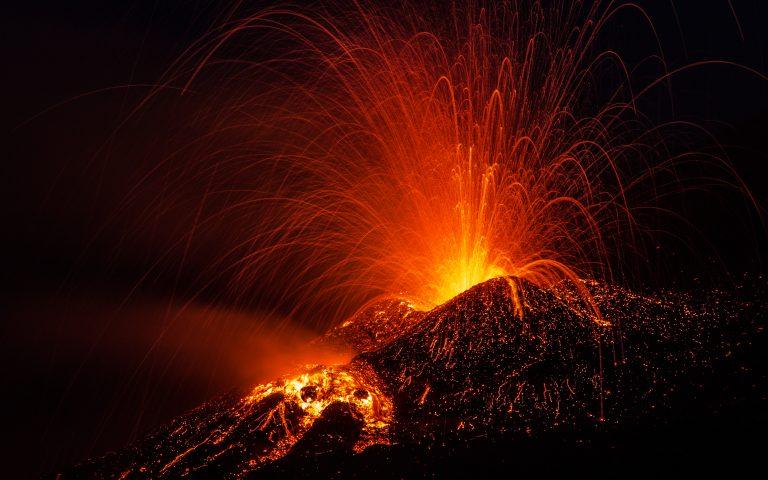 Tusenvis flykter etter vulkanutbruddet på La Palma