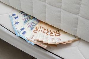 Pass på pengene 'under madrassen'